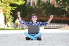 χαμογελώντας νεολαίες επιτυχίας σημειωματάριων ατόμων Στοκ Εικόνες