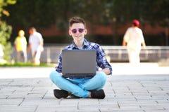 χαμογελώντας νεολαίες σημειωματάριων ατόμων εκμετάλλευσης Στοκ εικόνες με δικαίωμα ελεύθερης χρήσης