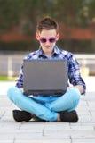 χαμογελώντας νεολαίες σημειωματάριων ατόμων Στοκ φωτογραφία με δικαίωμα ελεύθερης χρήσης