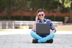 χαμογελώντας νεολαίες σημειωματάριων ατόμων Στοκ Φωτογραφία