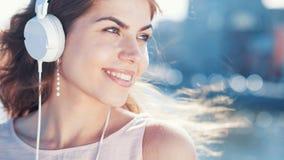12 χαμογελώντας νεολαίες φωτογραφιών ακουστικών κοριτσιών Στοκ Εικόνες