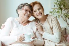 Χαμογελώντας νοσοκόμα μπεζ σε ομοιόμορφο στοκ εικόνες