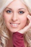 Χαμογελώντας ξανθή γυναίκα στοκ εικόνες