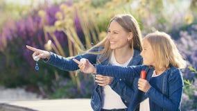 Χαμογελώντας οικογένεια με ένα σαπούνι φυσαλίδων Στοκ Φωτογραφίες