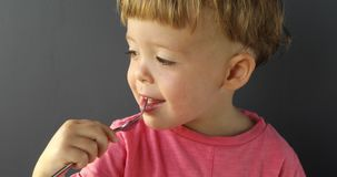 Χαμογελώντας παιδί που κρατά ένα δίκρανο απόθεμα βίντεο