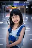 Χαμογελώντας παιδί σε μια περιμένοντας περιοχή αερολιμένων Στοκ Φωτογραφίες