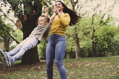 Χαμογελώντας παιχνίδι μητέρων και κορών στη φύση Στοκ φωτογραφίες με δικαίωμα ελεύθερης χρήσης