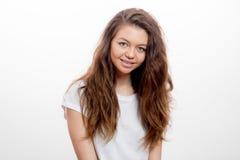 Χαμογελώντας σκοτεινός-μαλλιαρό κορίτσι το πρωί στοκ φωτογραφία με δικαίωμα ελεύθερης χρήσης