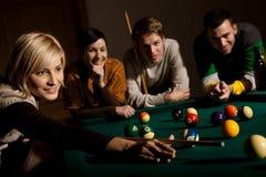 Χαμογελώντας σνούκερ παιχνιδιού γυναικών Στοκ φωτογραφίες με δικαίωμα ελεύθερης χρήσης