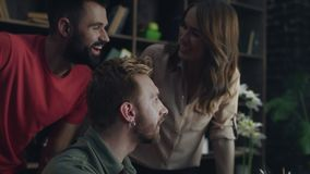 Χαμογελώντας συνάδελφοι που μιλούν και που συζητούν το νέο επιχειρησιακό πρόγραμμα απόθεμα βίντεο