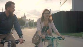 Χαμογελώντας τα οδηγώντας ποδήλατα ζευγών από κοινού φιλμ μικρού μήκους