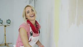 Χαμογελώντας τον τοίχο ζωγραφικής γυναικών κίτρινο απόθεμα βίντεο