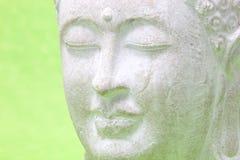 Χαμογελώντας το ειρηνικό άγαλμα γιόγκας, κλείστε επάνω Στοκ Φωτογραφίες