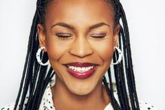 Χαμογελώντας το μαύρο θηλυκό κεφάλι με τις προσοχές ιδιαίτερες Στοκ Εικόνες