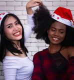 Χαμογελώντας τρίχες φίλων εκμετάλλευσης κοριτσιών στοκ εικόνες