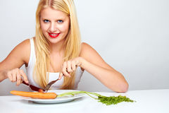 Χαμογελώντας υγιής γυναίκα με το carott Στοκ Φωτογραφία