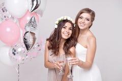 Χαμογελώντας φίλες που έχουν το γιορτάζοντας κόμμα bachelorette διασκέδασης στοκ εικόνες
