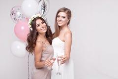 Χαμογελώντας φίλες που έχουν το γιορτάζοντας κόμμα bachelorette διασκέδασης στοκ φωτογραφία