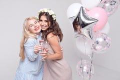 Χαμογελώντας φίλες που έχουν το γιορτάζοντας κόμμα bachelorette διασκέδασης στοκ εικόνες με δικαίωμα ελεύθερης χρήσης