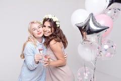 Χαμογελώντας φίλες που έχουν το γιορτάζοντας κόμμα bachelorette διασκέδασης στοκ εικόνα