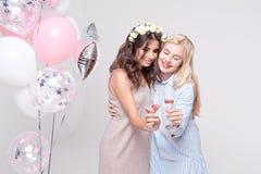 Χαμογελώντας φίλες που έχουν το γιορτάζοντας κόμμα bachelorette διασκέδασης στοκ φωτογραφίες με δικαίωμα ελεύθερης χρήσης