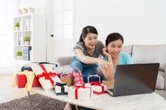Χαμογελώντας φίλες που εξετάζουν τον κινητό υπολογιστή στοκ εικόνες