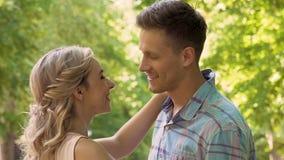 Χαμογελώντας φίλη που αγκαλιάζει το φίλο στο πάρκο, ρομαντική ημερομηνία έξω, τρυφερότητα απόθεμα βίντεο