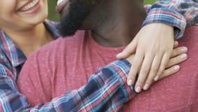 Χαμογελώντας φίλος και φίλη που αγκαλιάζουν κατά τη διάρκεια της υπαίθριας ημερομηνίας, τρυφερά συναισθήματα απόθεμα βίντεο