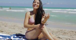 Χαμογελώντας φιλάρεσκη γυναίκα στην παραλία απόθεμα βίντεο