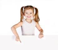 Χαμογελώντας χαριτωμένο μικρό κορίτσι που εμφανίζει δάχτυλο που απομονώνεται Στοκ φωτογραφία με δικαίωμα ελεύθερης χρήσης