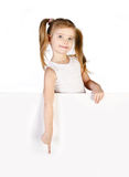 Χαμογελώντας χαριτωμένο μικρό κορίτσι που εμφανίζει δάχτυλο Στοκ εικόνα με δικαίωμα ελεύθερης χρήσης