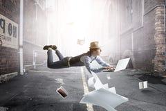 Χαμογελώντας χαρούμενος levitating νεαρός άνδρας r στοκ εικόνες με δικαίωμα ελεύθερης χρήσης