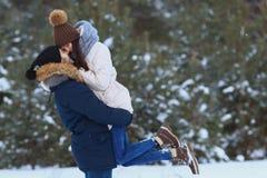 χαμογελώντας χειμερινές νεολαίες αγάπης ζευγών ευτυχείς Στοκ Εικόνες