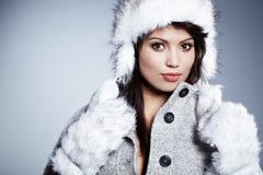 Χαμογελώντας χειμερινή γυναίκα στοκ φωτογραφία με δικαίωμα ελεύθερης χρήσης