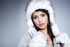 Χαμογελώντας χειμερινή γυναίκα στοκ φωτογραφία
