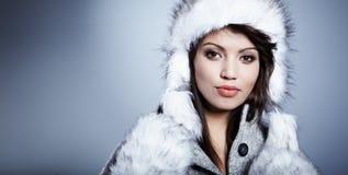 Χαμογελώντας χειμερινή γυναίκα στοκ φωτογραφίες
