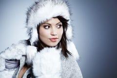 Χαμογελώντας χειμερινή γυναίκα στοκ φωτογραφίες με δικαίωμα ελεύθερης χρήσης