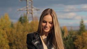 Χαμογελώντας όμορφη γυναίκα Κίτρινα χρώματα φθινοπώρου απόθεμα βίντεο
