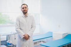Χαμογελώντας όμορφος γιατρός στο νοσοκομείο στάση εξέταση τη κάμερα Στοκ φωτογραφίες με δικαίωμα ελεύθερης χρήσης