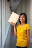 Χαμογελώντας όμορφο κεφάλι βιβλίων φοιτητών πανεπιστημίου Στοκ Φωτογραφία