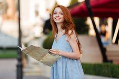 Χαμογελώντας όμορφο κορίτσι που κρατά έναν χάρτη οδηγών Στοκ φωτογραφίες με δικαίωμα ελεύθερης χρήσης
