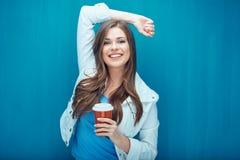 Χαμογελώντας όμορφο κορίτσι που κρατά το κόκκινο γυαλί καφέ Στοκ Εικόνες