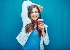Χαμογελώντας όμορφο κορίτσι που κρατά το κόκκινο γυαλί καφέ Στοκ φωτογραφία με δικαίωμα ελεύθερης χρήσης