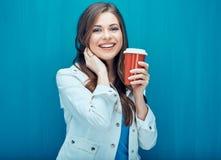 Χαμογελώντας όμορφο κορίτσι που κρατά το κόκκινο γυαλί καφέ Στοκ Εικόνα