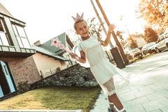 Χαμογελώντας όμορφο κορίτσι στο άσπρο φόρεμα και τη ρόδινη κορώνα που είναι φανταστικός χαρακτήρας στοκ εικόνες