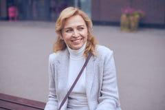 Χαμογελώντας ώριμη γυναίκα που κοιτάζει κάπου Στοκ Εικόνα