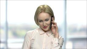 Χαμογελώντας flirty γυναίκα που μιλά στο τηλέφωνο φιλμ μικρού μήκους