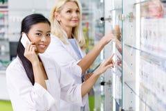 χαμογελώντας multiethnic θηλυκοί φαρμακοποιοί που εργάζονται από κοινού στοκ εικόνες με δικαίωμα ελεύθερης χρήσης