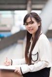 χαμογελάστε και χαλαρώστε τη επιχειρηματία Στοκ Φωτογραφίες