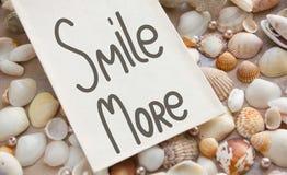 Χαμογελάστε περισσότερο Εμπνευσμένες χειρόγραφες μελάνι και βούρτσα αποσπάσματος στοκ φωτογραφίες με δικαίωμα ελεύθερης χρήσης